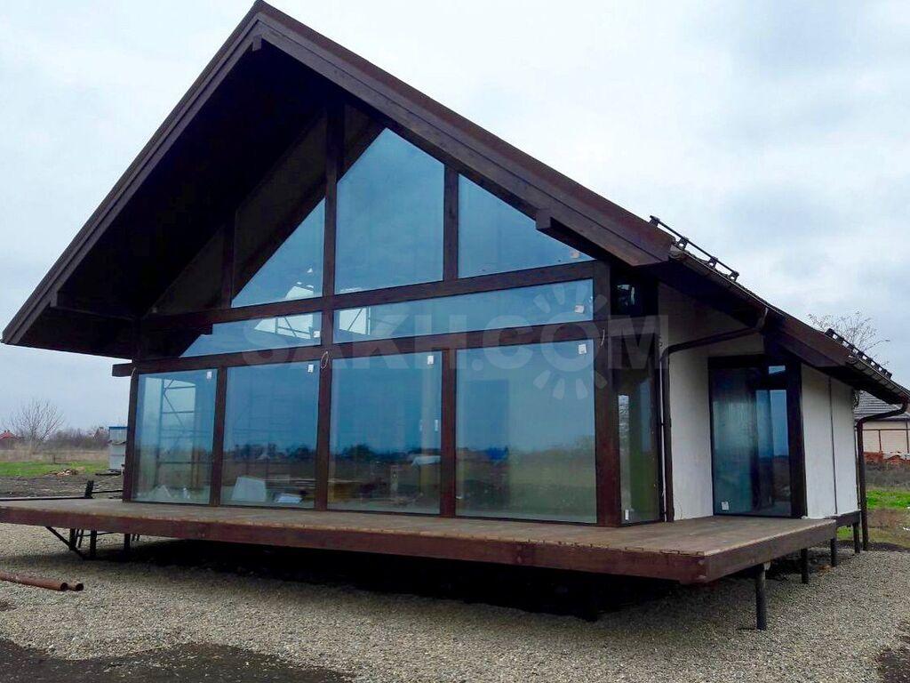 гусеницы живут каркасные постройки с большими окнами фото представляет собой
