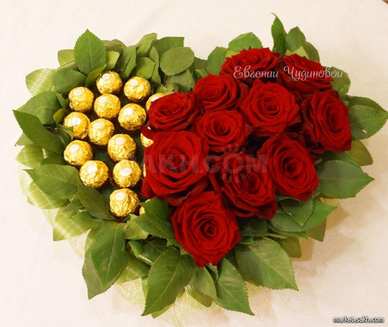 Букеты из конфет с натуральными цветами