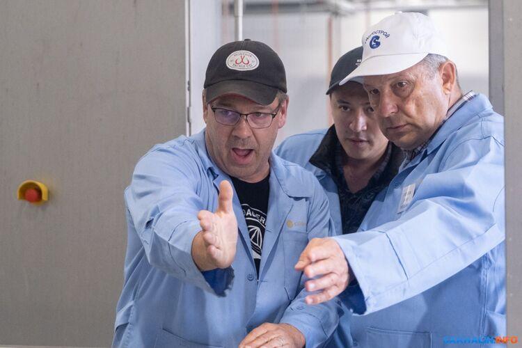 Юрий Светликов (справа) иисландские специалисты