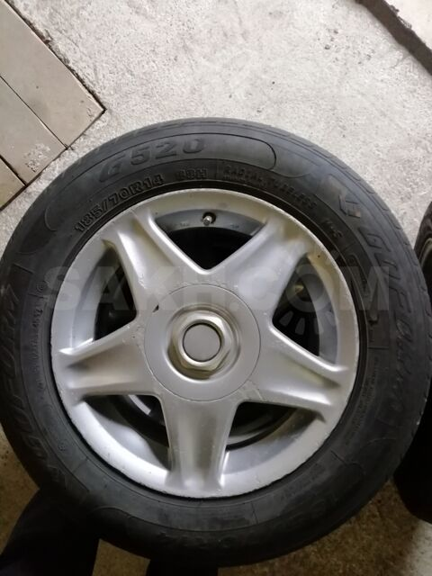 Резина на титанах. Одно колесо немного подъедена с одной стороны.