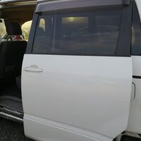 Продам задняя левая дверь для toyota voxy 1az-fse azr65