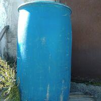 Бочки пластиковые синие из-под бензина.