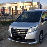 Toyota Noah c водителем